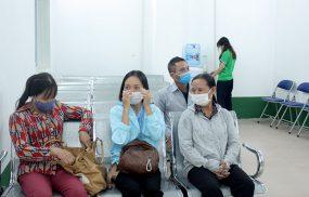 Chị Ánh (áo xanh) cùng mẹ đến khám tại Bệnh viện Tai Mũi Họng Quân Dân 102