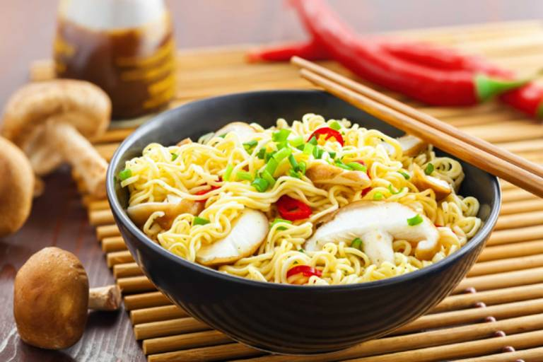 Mì tôm là một trong những thực phẩm mà bạn phải loại bỏ khỏi khẩu phần ăn sau nâng mũi