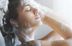 Sốt xuất huyết có được gội đầu, có được tắm không, tắm thế nào đúng cách là thắc mắc chung của nhiều người