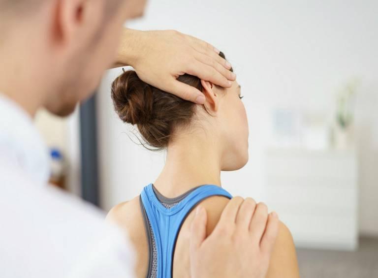 Dù bị thoái hóa đốt sống cổ chèn dây thần kinh do nguyên nhân gì thì người bệnh cũng nên thăm khám bác sĩ để có phương án điều trị phù hợp