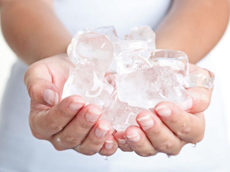 Khi chườm đá lạnh giảm đau, bạn không nên đặt đá trực tiếp lên vết thương
