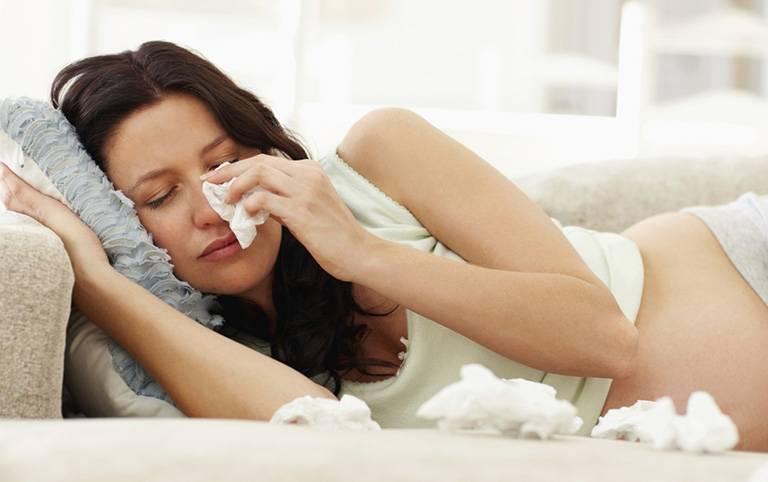 Đau họng nghẹt mũi ở bà bầu cũng có thể do viêm xoang sàng sau hoặc viêm xoang bướm gây ra