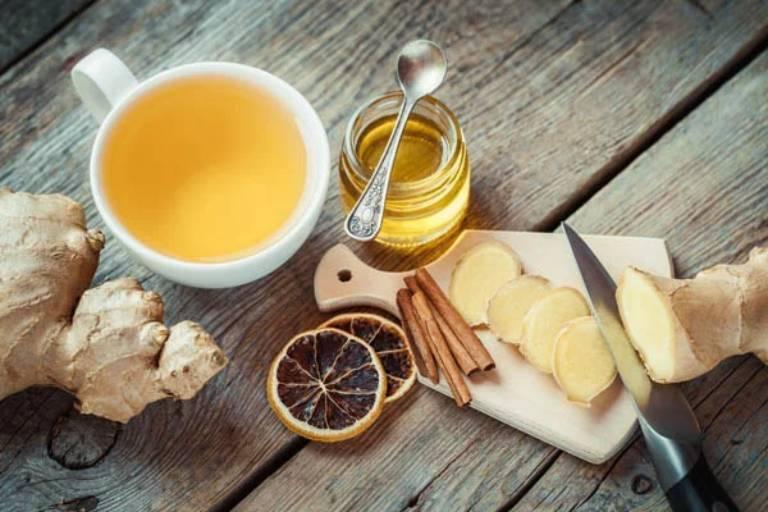 Mẹ bầu có thể dùng trà gừng mật ong để làm giảm tình trạng đau rát cổ họng, nghẹt mũi