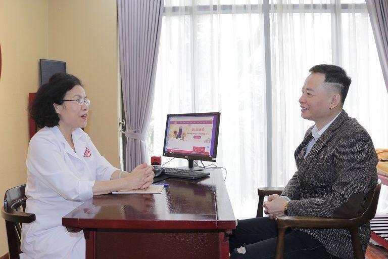 Nghệ sĩ Tùng Dương được bác sĩ Vân Anh thăm khám
