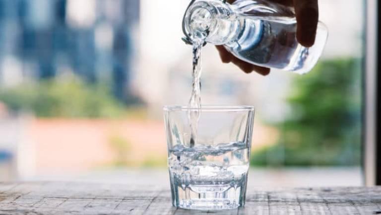 Ít uống nước, không bổ sung nước thường xuyên là một trong những nguyên nhân gây bệnh trĩ thường gặp