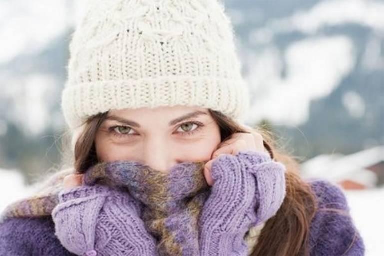 Giữ ấm cơ thể, nhất là vùng cổ khi thời tiết lạnh để cải thiện và phòng ngừa tình trạng đau rát vòm họng trên