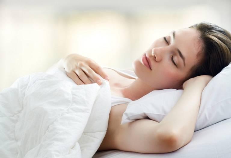 Sau nâng mũi, bạn nên nằm ngửa tránh nằm nghiêng nằm úp để không ảnh hưởng đến dáng mũi
