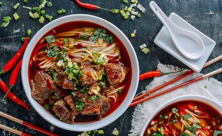 Thức ăn cay nóng sẽ gây kích thích làm tổn thương niêm mạc dạ dày, không tốt cho người mắc viêm loét hang vị dạ dày