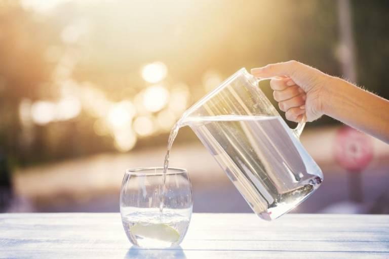 Uống nhiều nước sẽ hỗ trợ rất tốt cho quá trình phục hồi, làm lành các tổn thương của cơ thể