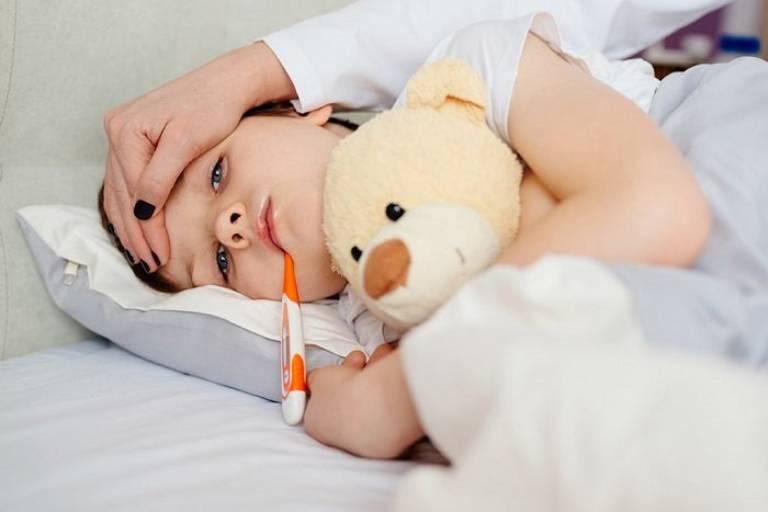 Nếu bé sốt trên 38.5 độ, có thể cho bé uống thuốc hạ sốt nhưng không nên lạm dụng