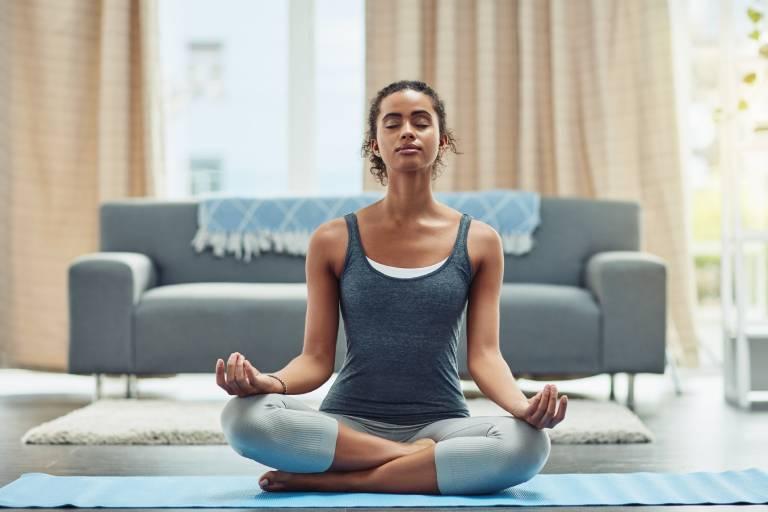 Ngồi thiền, tập hít thở sâu nhất là khi tâm lý căng thẳng, mệt mỏi sẽ giúp bạn hỗ trợ tích cực cho quá trình điều trị