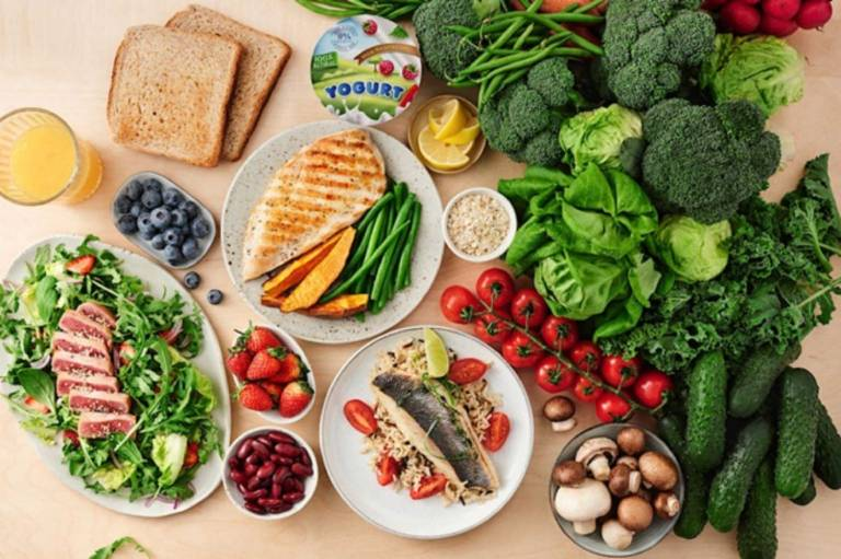 Khi bị bệnh vảy nến hồng người bệnh không cần kiêng khem nghiêm ngặt mà nên ăn đa dạng, đầy đủ dưỡng chất