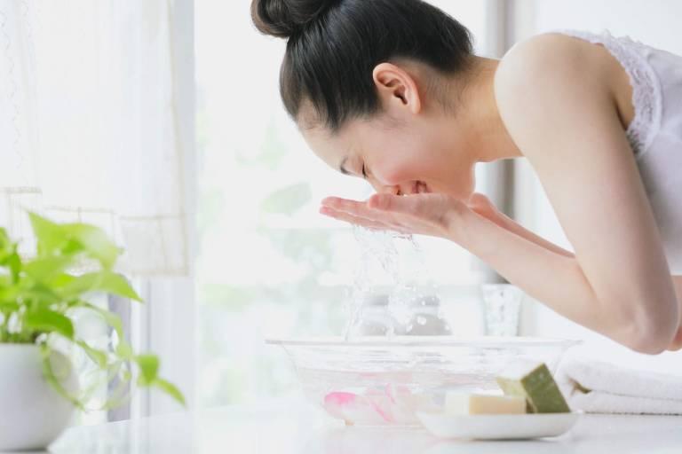 Rửa sạch mặt bằng nước, nước muối sinh lý hoặc sữa rửa mặt dịu nhẹ tốt hơn là các sản phẩm có tính tẩy mạnh