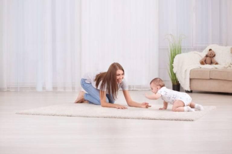 Mỗi bé có mỗi quá trình phát triển riêng, nếu bé hoạt bát, vận động nhiều, ít ốm đau thì mẹ không cần quá đặt nặng cân nặng của con để tránh tạo áp lực cho mình