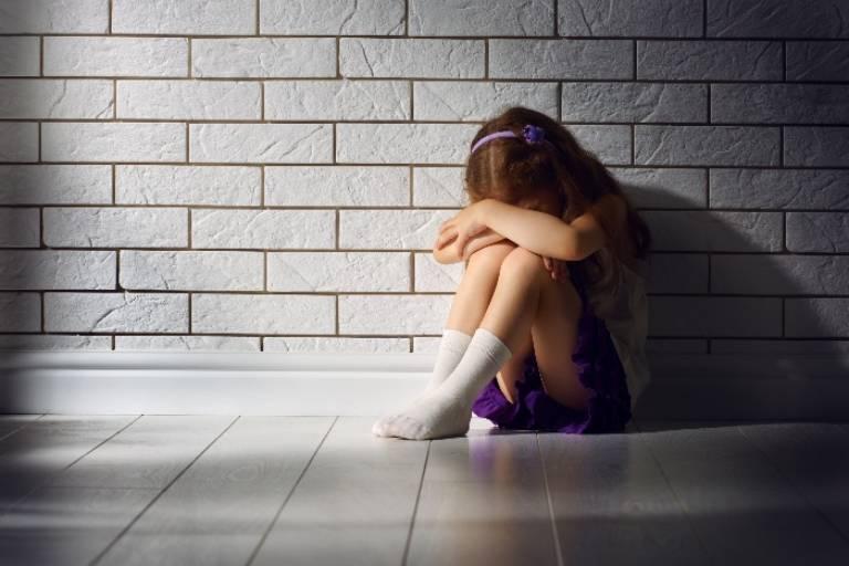 Thường xuyên thay đổi môi trường sống khiến trẻ khó thích nghi, không thể hòa nhập với môi trường mới là một trong những yếu tố dễ khiến trẻ bị trầm cảm