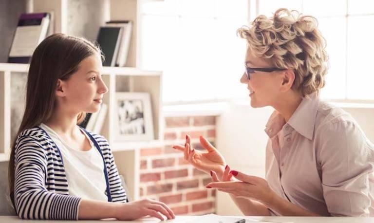 Chia sẻ, quan tâm con nhiều hơn, truyền đạt cho con những kinh nghiệm bản thân đã trải qua sẽ giúp trẻ không bị khủng hoảng tâm lý hay trầm cảm ở tuổi dậy thì