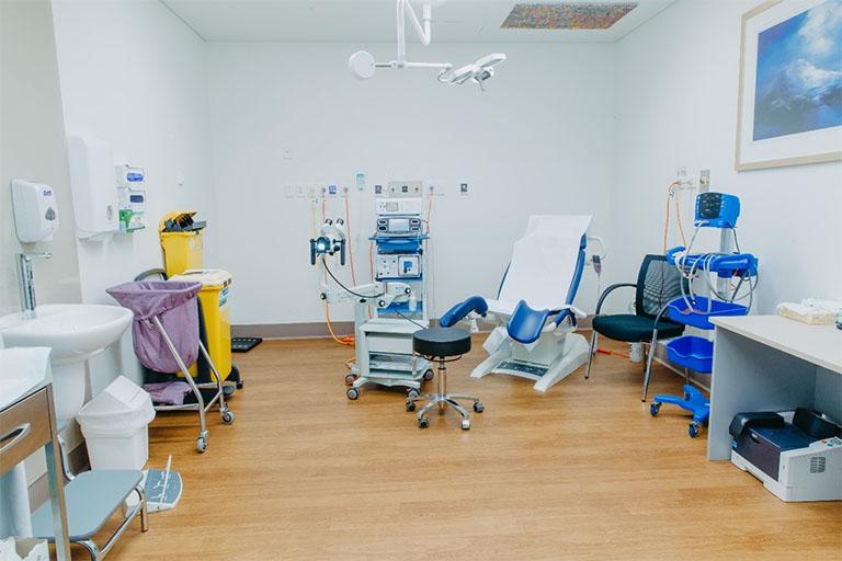 Đơn vị trang bị đầy đủ hệ thống máy móc và trang thiết bị y tế tân tiến sẽ có chi phí điều trị viêm lộ tuyến cổ tử cung bằng phương pháp đốt cao hơn nhưng bù lại là sự an toàn và hiệu quả cao