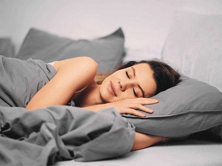 Bệnh nhân bị rối loạn tiền đình nên tập thói quen đi ngủ đúng giờ và ngủ đủ giấc