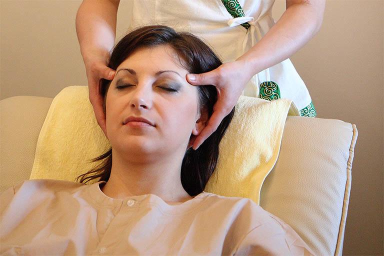 Bấm huyệt và massage đầu được xem là liệu pháp hỗ trợ điều trị rối loạn tiền đình tại nhà hiệu quả mà bệnh nhân không nên bỏ qua