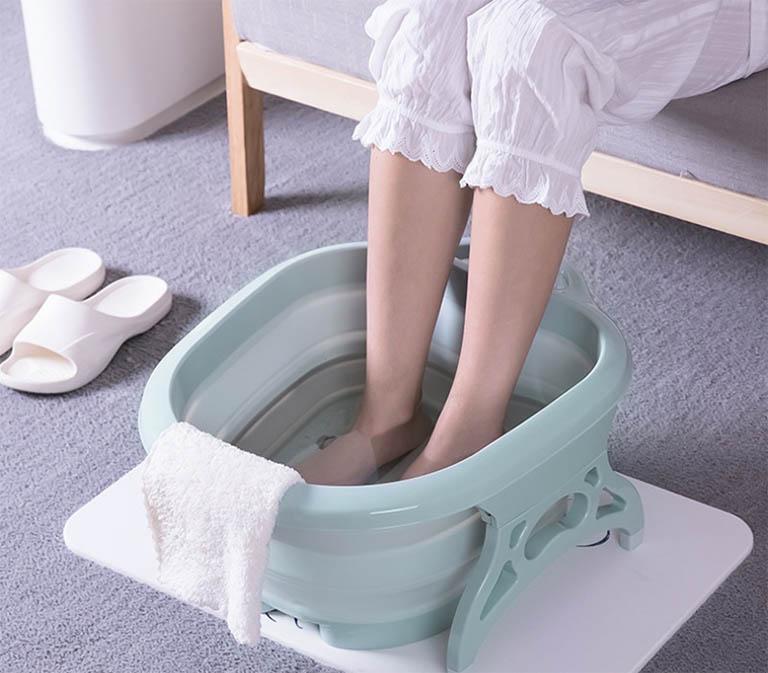 Nên làm gì khi bị rối loạn tiền đình? - Ngâm chân với nước ấm mỗi ngày trước khi đi ngủ