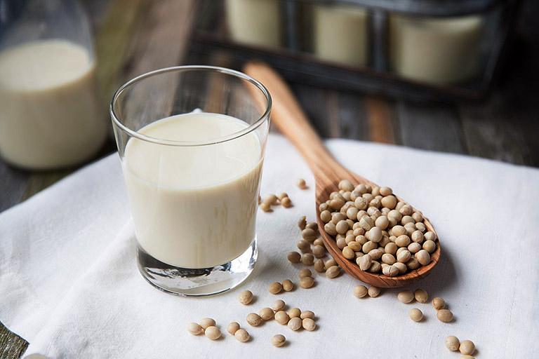 Sữa đậu nành là loại sữa dễ uống, giàu vitamin và khoáng chất có lợi cho sức khỏe chị em phụ nữ