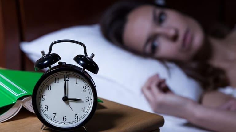 Nhắm mắt nhưng không ngủ được là bệnh gì?
